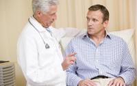 доктор консультирует мужчину средних лет