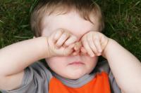 Ребенку что-то попало в глаз